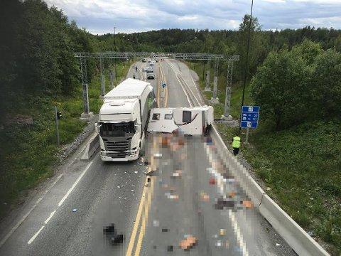 TOTALVRAK: Bobilen ekteparet satt i ble fullstendig smadret da de kolliderte med en semitrailer på riksvei 23 sommeren 2016. FOTO: Arkiv
