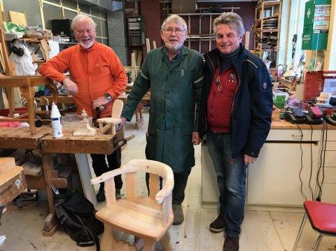 Tore Møller Christensen (t.v.), Åge Nordnes og Kjell Fagerland bidrar til driften av Snekkerbua.