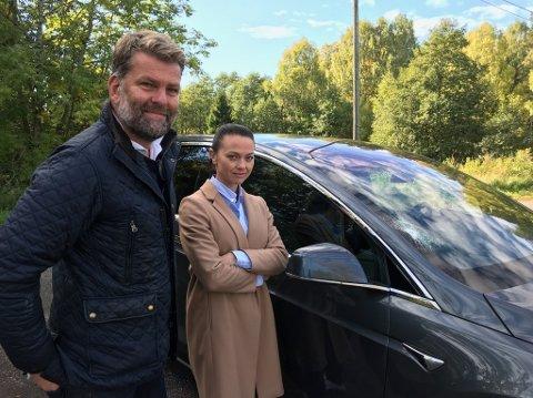 Kristrin Gangås Løvstad og Lasse Brinck Løvstad ved bilen deres som fikk frontruta knust. FOTO: Ole Jonny Johansen