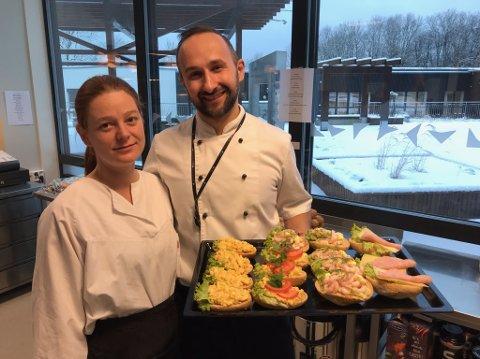FRISTENDE:Jessica Dahlstedt og Artur Nowacui viser fram noen av fristelsene de selger i kafeterian. FOTO: Ole Jonny Johansen