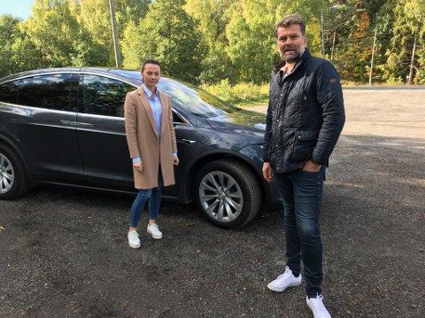 SINTE: Kristin Gangås Løvstad og Lasse Brinck Løvstad mener at sikkerheten rundt golfbanen ikke kan være god nok når golfballer treffer biler på vei over Ullerudsletta. FOTO: Ole Jonny Johansen