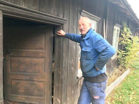 Tradisjon: Francis Horn kjemper for gårdsnavnet Søndre Flateby gård, den tradisjonelle nesoddgården hvor han vokste opp. Her foran bryggerhuset fra 1700-tallet.
