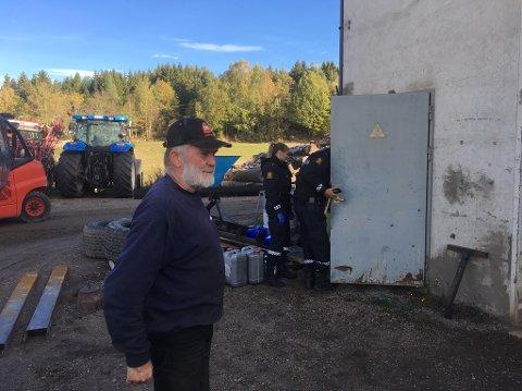 STÅLDØR: Eier Dag Johan Wetlesen forteller at tyvene har brutt seg inn gjennom en låst ståldør.