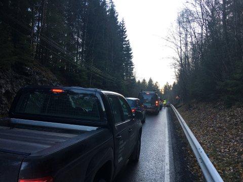 TRAFIKKUHELL: To biler skal være innblandet i en trafikkulykke litt sør for Dal skole.