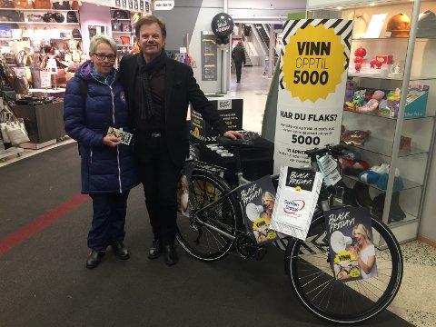 Marit Frydenlund med elsykkelen til 25.000 kroner som hun vant på Black Friday. Senterleder Ragnar Sørlie gratulerer.