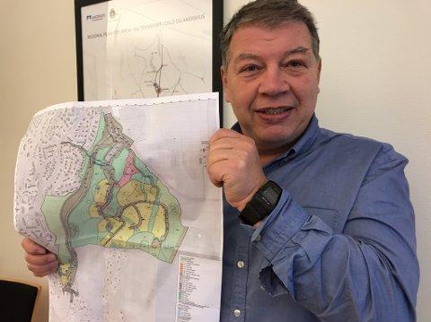 - SNART: - Så snart vi får behandlet og vedtatt planene kan en omfattende boligutbygging i Drøbak komme i gang, sier Haktor Slåke, som her viserfet kart med planene for Kolsta-utbyggingen. FOTO: Ole Jonny Johansen