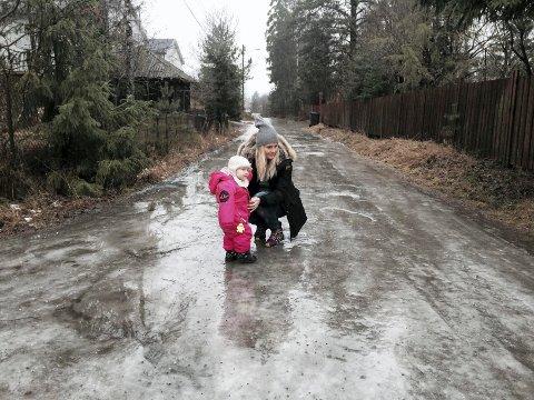 Glatt: Vinteren 2015 var det skøyteis i Asgerds vei, hvor Trollskogen barnehage til nå har holdt hus. (På isen: Liv Hagen og Milla.) Nå har barnehagens driftsgrunnlag glidd vekk.