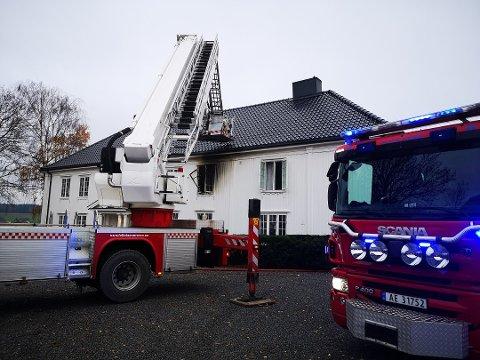 Brannen i Emilies vei i Ås oppsto i den gamle hovedbygning på Torderud gård. Taket har blitt bygget om flere ganger og brannvesenet gjennomsøkte bygget for brannlommer.