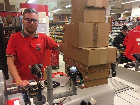 HENT PAKKENe NÅ: Det ber Per Christian Echroll hos Matkroken sine kunder om. FOTO: Steinar Knudsen