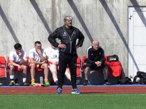 DFI-trener Teitur Thordarson ser her Dfi ta tre poeng mot Sarpsborg.