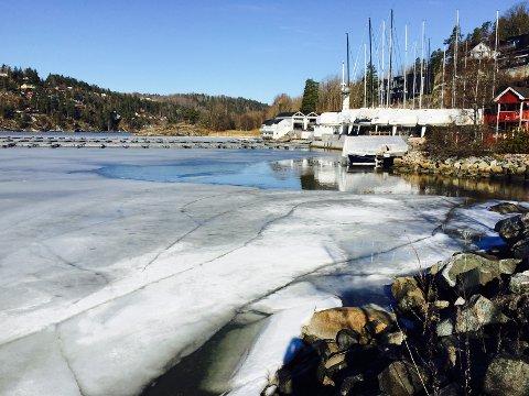 En mann gikk gjennom isen her ved Nesset 15.mars 2016. Det gikk heldigvis bra og han kom seg opp på egen hånd.