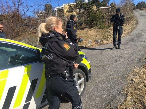 Politiet er på plass og leter etter innbruddstyv.