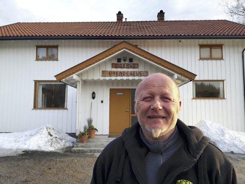 Ny vaktmester: - Velkommen til Digerud grendestue fredag kveld, ønsker kokk og vaktmester John Arne Bjørke. Foto: privat