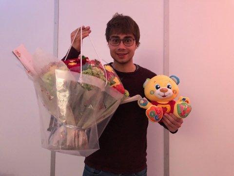 Alexander Rybak med bamse og blomster han fikk fra Grand Prix klubben. Innkjøp og overrekkelse var det Zeppo Dyrseth fra Digerud som stod for.