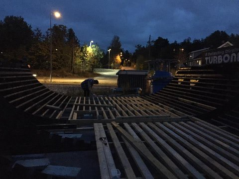 DUGNAD: Arbeidene med å gjenoppbygge og oppgradere skateparken på Skoklefallsletta har vært gjort på dugnad.