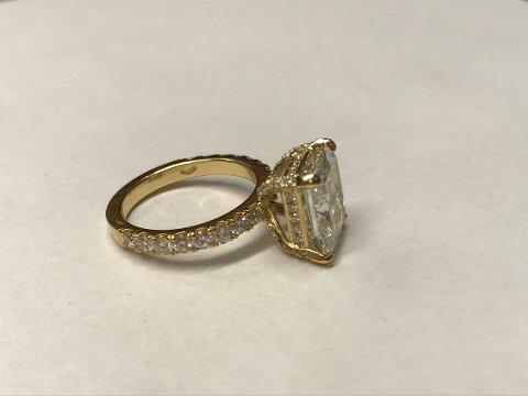 Denne gullringen til over 600.000 kroner skulle vært deklarert da kvinnen (51) landet på Gardermoen. Det gjorde hun ikke og ringen er beslagtlagt.
