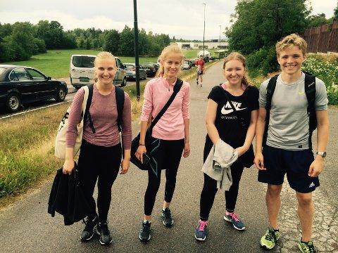 Henrikke Bugten, Rebekka Svendsen, Louise Berge og Marcus De Boer valgte å hoppe av bussen og gå hjem til Skiphelle. De får nok en en spasertur på minst en time, sier de.