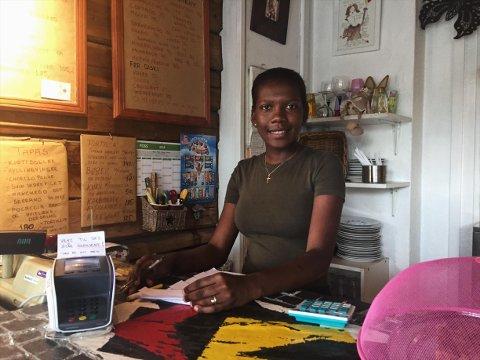 GOD SERVICE: Viwribel Ramirez Rosario er en av de 12 ansatte på kafeen. FOTO: Sofie Sæthern.