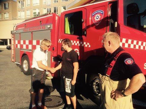 Sjåfør Espen Olafsen takker Jonas Rosseid for at var raskt på plass med brannslukningsutstyr allerede før brannvesenet ankom.