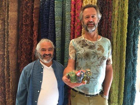 Alexander og Jan Grüner- Moström, henholdsvis tekstilkunstner og keramiker.  Alexander har hovedfag ved Kunsthøyskolen i Oslo, arbeider som tekstilkunstner og underviser på Universitet i Gøteborg i faget: Tekstil, klær og formgivning. Jan er utdannet førskolelærer og har drevet barnehage i Oslo, men har nå valgt å satse på en ny karriere som keramiker. «Jeg er en late bloomer», sier Jan med et smil mens han viser frem sin fargerike keramikkproduksjon.