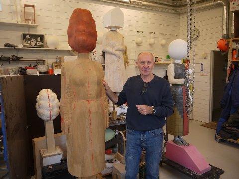 Istvan Lisztes er skulptør og gift med Wenche Gulbransen. Han er fra Ungarn men har bodd i Norge siden 1977. Istvan lager figurative skulpturer i metall, tre eller stein og har nettopp levert en serie med 6 bronsefigurer til Moelv Skole.