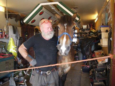 Anders Lauritzen er smed og eier 6 hester. Daglig sees han og kona Louise på rideturer rundt på Blylaget. Anders sørger selv for at hestene er behørig skodd, og viste publikum hvordan dette foregår.