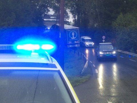 Politiet er endelig på plass for å dirigere trafikken i Sundbybakken etter at tre trailere og en buss satte seg fast tirsdag ettermiddag.