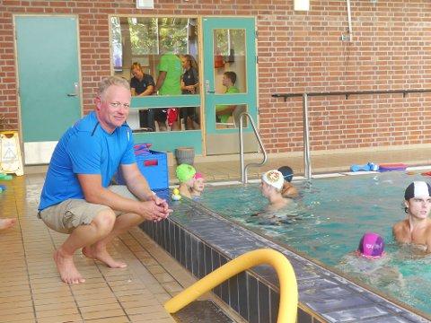 Svømmetrener Kristian Tangen melder om fulle partier og høy aktivitet.  Men nå har ikke svømmeklubben noe mer kapaistet.