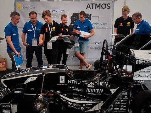 – Vi har prøvd å få det til i flere år, men vi er litt usikre på hva det var vi gjorde riktig denne gangen. Vi forbedret en del kritiske punkter, for å få en raskere bil generelt, sier Jacob som her står sammen med Formel 1-dommere.
