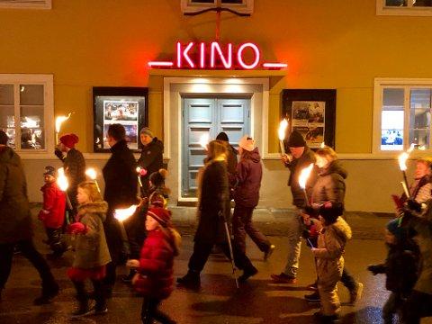 Øker besøket: Fakkeltoget nyttårsaften gikk forbi Drøbak kino. I løpet av 2018 gikk også mange inn.