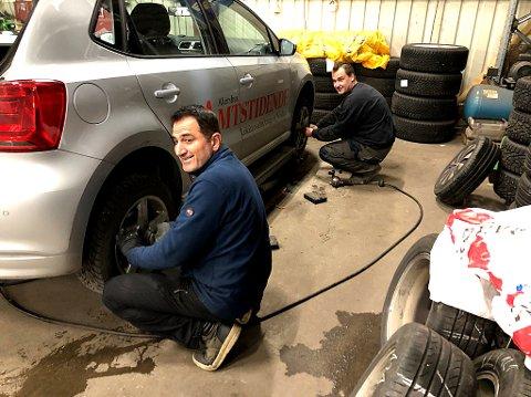 AMTA-SKIFTE: Nå er også Amta-bilen klar for oppdrag med «vintersko» takket være Hassan Abdullah og Anrijs Smiltnieks. FOTO: Ole Jonny Johansen