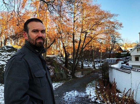 SVARTOR: - Svartoren i bakgrunn er det få av i Badeparken, men vi har bestemt oss for å kutte noen greiner på svartoren i bakgrunnen, Pål Fosseland. FOTO: Ole Jonny Johansen