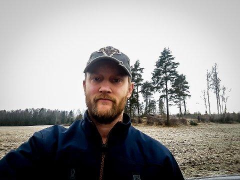 MISTET HUNDEN: Dennis Johansson og jaktlaget opplevde at en fremmed person tok med seg jakthunden Astrid i bilen.