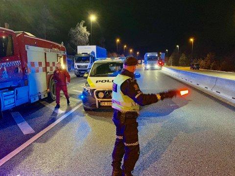 SKADESTED: Innsatsleder Anders Strømsæther dirigerer trafikken manuelt ved en trafikkulykke ved Oslofjordtunnelen.