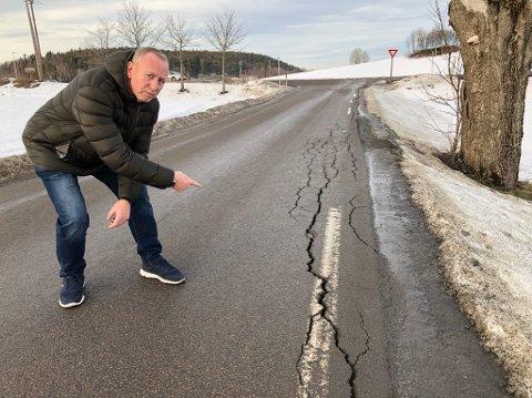 ØDELAGT: Trond Hansen viser hvordan veien blir ødelagt. - Jeg mener disse ødeleggelsene skyldes for tunge lastebiler som kjører her, sier Hansen. FOTO: Ole Jonny Johansen