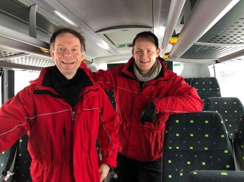 FÅR SPØRSMÅL: Olav Raanaas Moen (t.v.) og Knut Martin Løken i Ruter får kritiske spørsmål til ruteimleggingen. FOTO: Ole Jonny Johansen