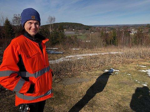 UNDERSØKER: - Vi skal  selvsagt følge med på denne saken, sier naturforvalter Penille Sandemose, som her står på den nedgravde kommunale søppelfyllingen hvor det i dag er modellflybane. FOTO: Ole Jonny Johansen