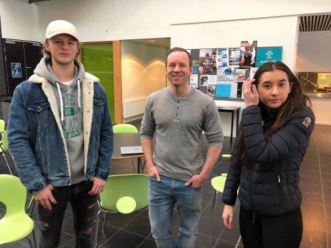 -TRIVES: Elevene Andreas Mange Gilboe og Julia Lien trives ved Frogn videregående. I midten lærer Glen Tore Helgø. FOTO: Ole Jonny Johansen
