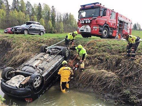 Follo brannvesen gjennomførte en øvelse i Frogn søndag, som innebar en bil med mulig person om bord i bekken.
