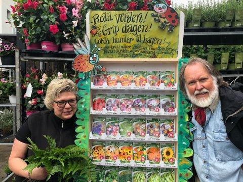 Fruktbart: Anita Dahl på Hageland i Drøbak sammen med billedkunstner Jan-Kåre Øien, fraDrøbak Kunstnerforum.  - Et lite eksempel på hvordan kunstnere og næringslivet kan samarbeide om noe som er oppbyggelig for lokalsamfunnet og samtidig et kreativt bidrag til det grønne skiftet som verden trenger, sier Cesilie Tanderø.