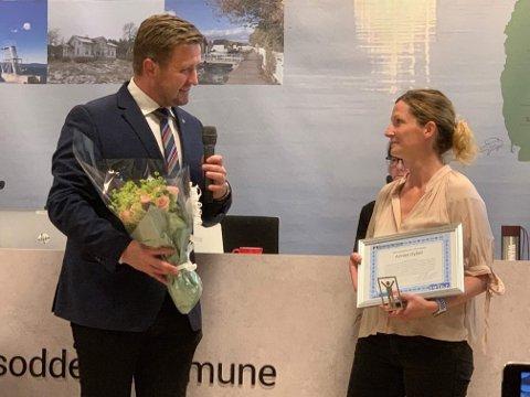 Annas Hybel er tildelt Tilgjengelighetsprisen 2019. Daglig leder Trine Oppegård Persson her sammen med ordfører Truls Wickholm under onsdagens kommunestyremøte, der utdelingen fant sted.