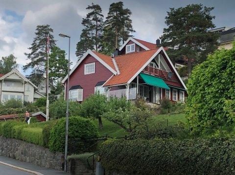 HER ER HUSET: Dette er det 89 år gamle huset som skal selges. Huset har en fantastisk utsikt. FOTO: Ole Jonny Johansen