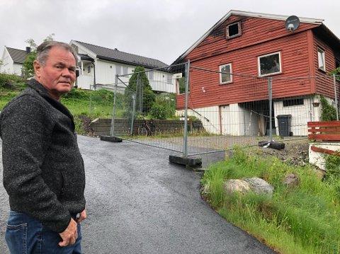 VENTER: -- Jeg synes det er leir at kommunen ikke bare kan bestemme at jeg skal få lov til å rive dette brannskade huset for å bygge opp et nytt, sier Arne Danielsen. FOTO: Ole Jonny Johansen