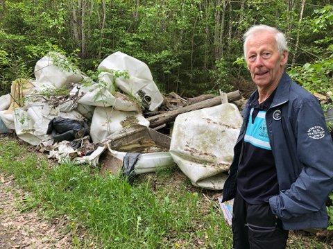 - TRIST: Carl Fredrik Kolderup ved søppelet som ligger i veikanten ikke langt fra innløpet til Oslofjordtunnelen. FOTO: Ole Jonny Johansen