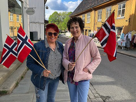 - STILL OPP: Rita Hirsum Lystad (t.v.) og Kirsten Færgestad ber folk melde seg til å være vakter i togene på 17. mai. FOTO: Ole Jonny Johansen