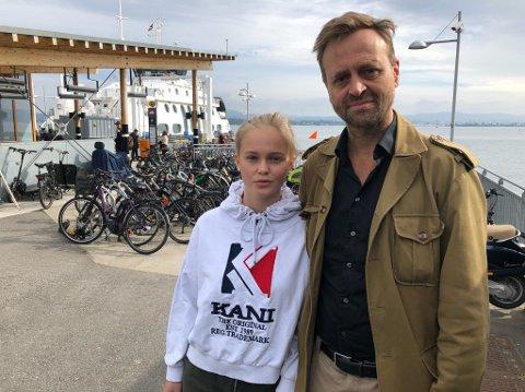 OPPRØRT: - Jeg ble opprørt da vi fikk regningen på 7500 kroner, sier Knut Holm, her sammen med datteren Susanna Stang-Holm. FOTO: Ole Jonny Johansen