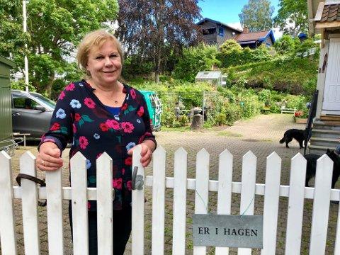 """""""I hagen"""" står det på porten: Gina Krogsvold valgte å sette opp port for å ha litt styring med hvem som kom. - Folk trodde det var en park, sier hun."""