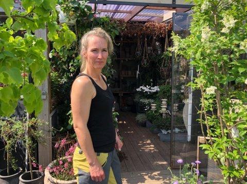Jeanett Lenoci hos Lille Have blomsterverksted råder alle som har blomster, til å sette dem under tak.