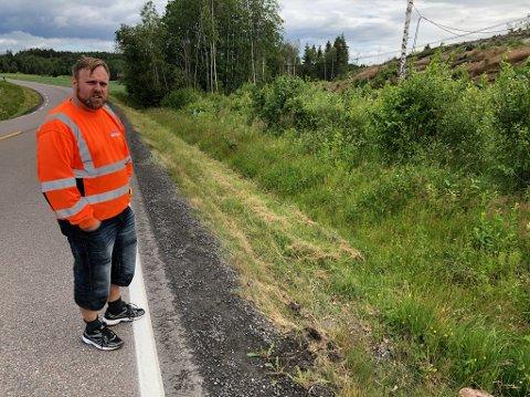HER: - I dette området mellom rundkjøringen på Måna og Dammen vil den nye veien legges i skjæringa øst for dagens fylkesvei 78, sier anleggsleder og prosjektleder Kim Robert Damlien. FOTO: Ole Jonny Johansen
