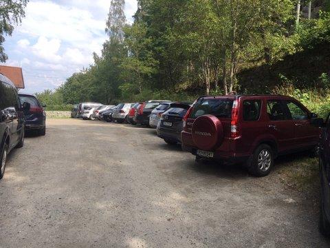 Over 30 biler sto ulovlig parkert ved Alværnstranden i dag.